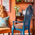 Синий стул рядом с креслом