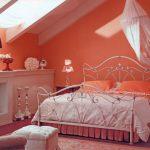 Декоративный камин в спальне