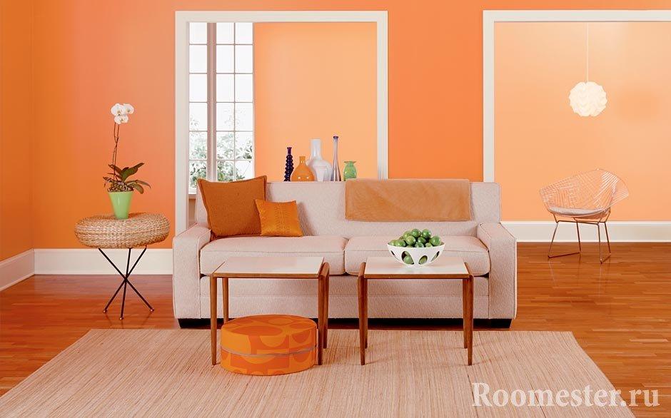 Два столика рядом с диваном