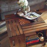 Столик с книгами возле дивана