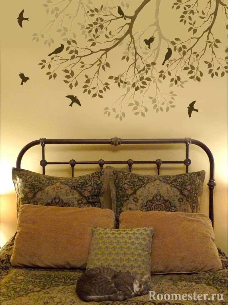 Дерево с птицами над кроватью