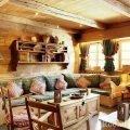 Столик в виде сундука у дивана