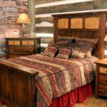 Стены в спальне под камень и доски