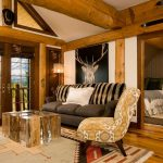 Картина с оленем за диваном
