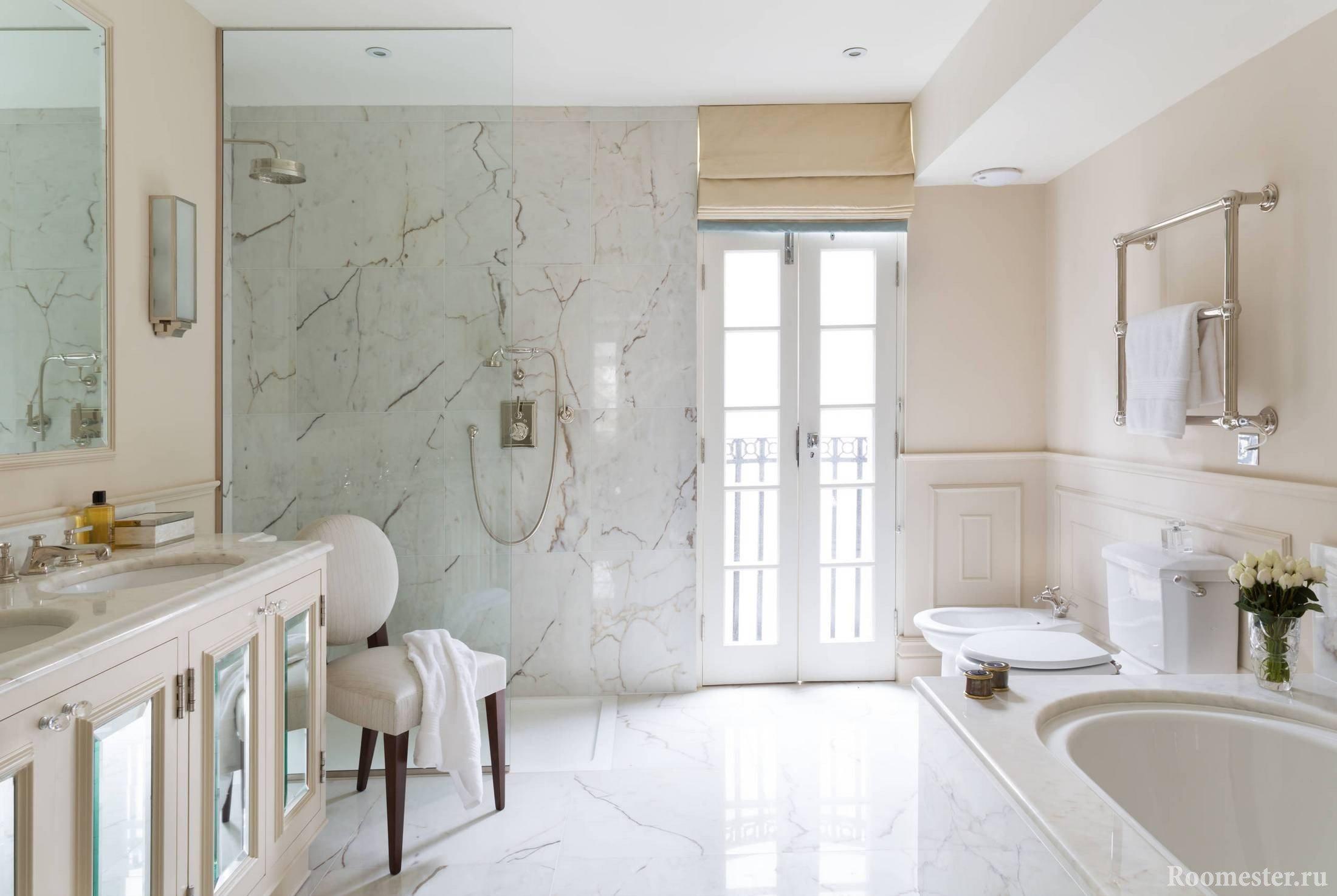 Мраморная стена и пол в ванной