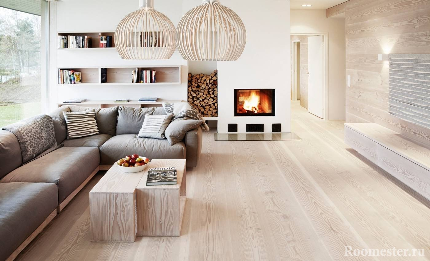 Камин с дровами в гостиной