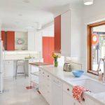 Бело-розовый интерьер кухни