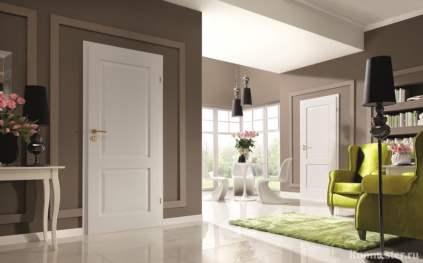 Коричневые стены и белый пол в комнате