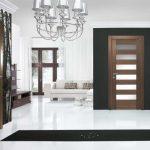 Черный коврик на белом полу