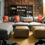 Яркие подушки на сером диване