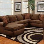 Коричневый диван в сочетании с бежевыми стенами