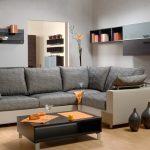 Серый интерьер с оранжевым декором