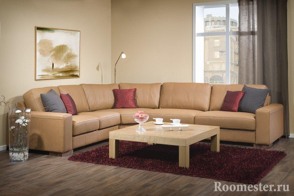 Деревянный столик возле дивана