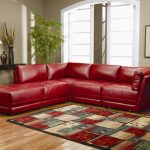 Яркий диван и ковер в интерьере