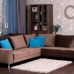 Голубые и коричневые подушки на диване