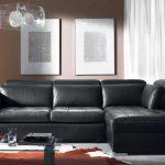 Стеклянный столик возле дивана
