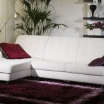 Шкаф с полками за диваном