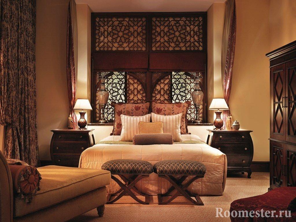Лампы на тумбочках в спальне