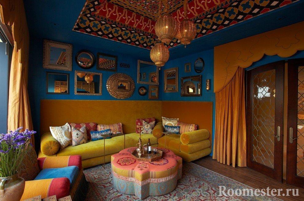 Желтый диван в комнате с синими стенами