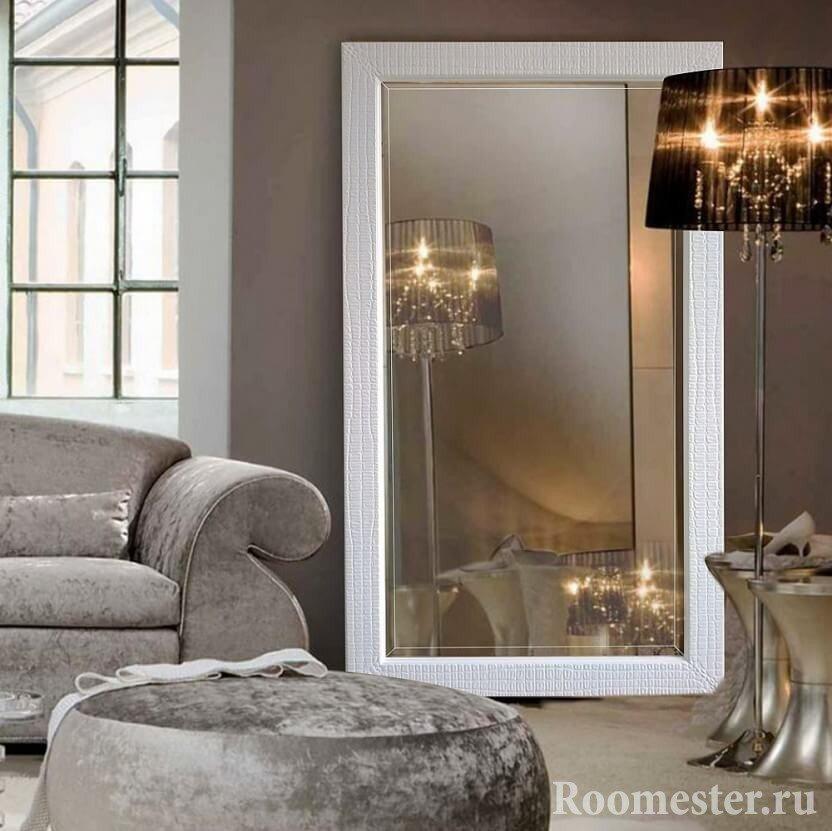 Зеркало и торшер у дивана