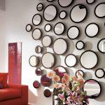 Круглые зеркала разной формы на стене