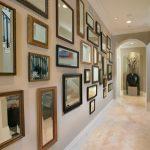 Стена в зеркалах в коридоре