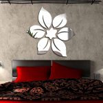 Цветок из зеркал над кроватью