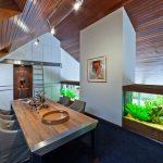 Интерьер из дерева с аквариумом