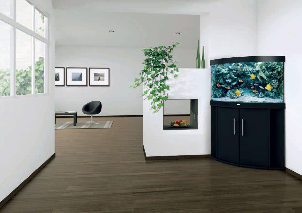 Белый интерьер с угловым аквариумом
