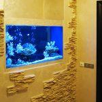 Красивое оформление стены с аквариумом