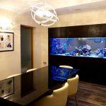Большой аквариум в интерьере столовой