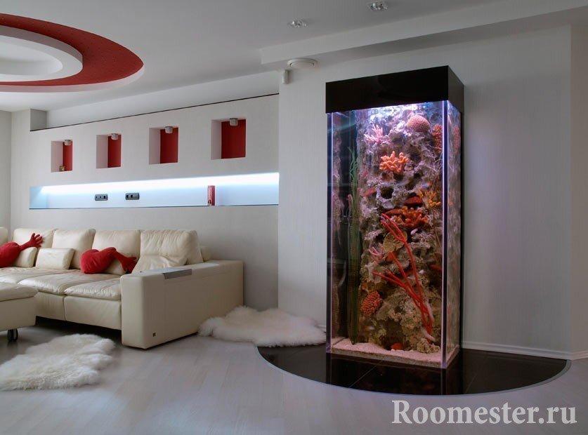 Большой аквариум в гостиной