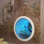Круглый аквариум под лестницей