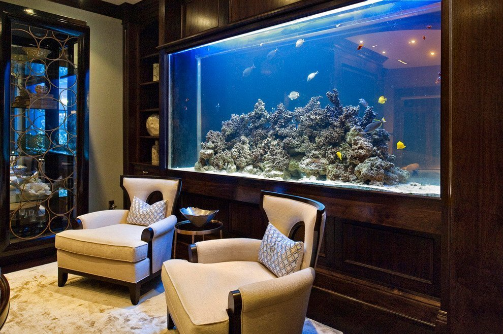 Кресла и столик возле аквариума