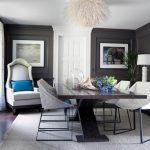 Белые стулья и темный стол