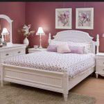 Сиреневый интерьер спальни с белой мебелью