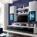 Белая мебель на синей стене
