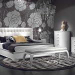Серый интерьер спальни с красивой белой мебелью