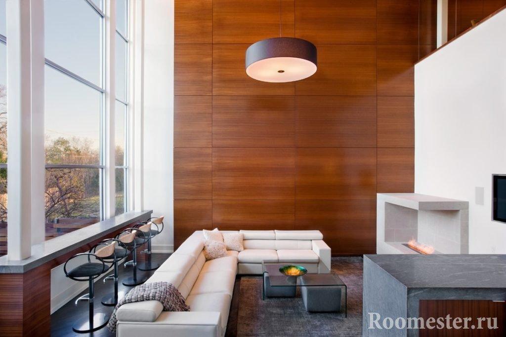 Стеновые панели и белый диван в интерьере