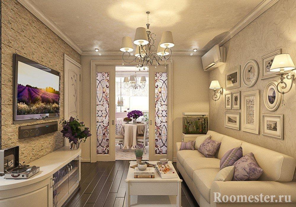Картины и светильники на стене над диваном