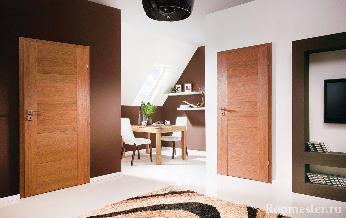 Светлый пол и коричневые двери