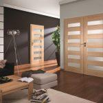 Двери одинакового дизайна в комнате