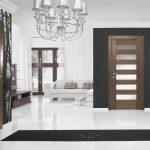 Двери с разным дизайном в комнате