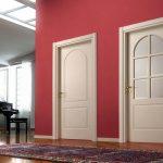 Красная стена и белые двери