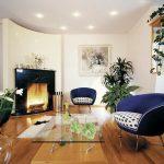 Стеклянный столик и синие кресла в гостиной