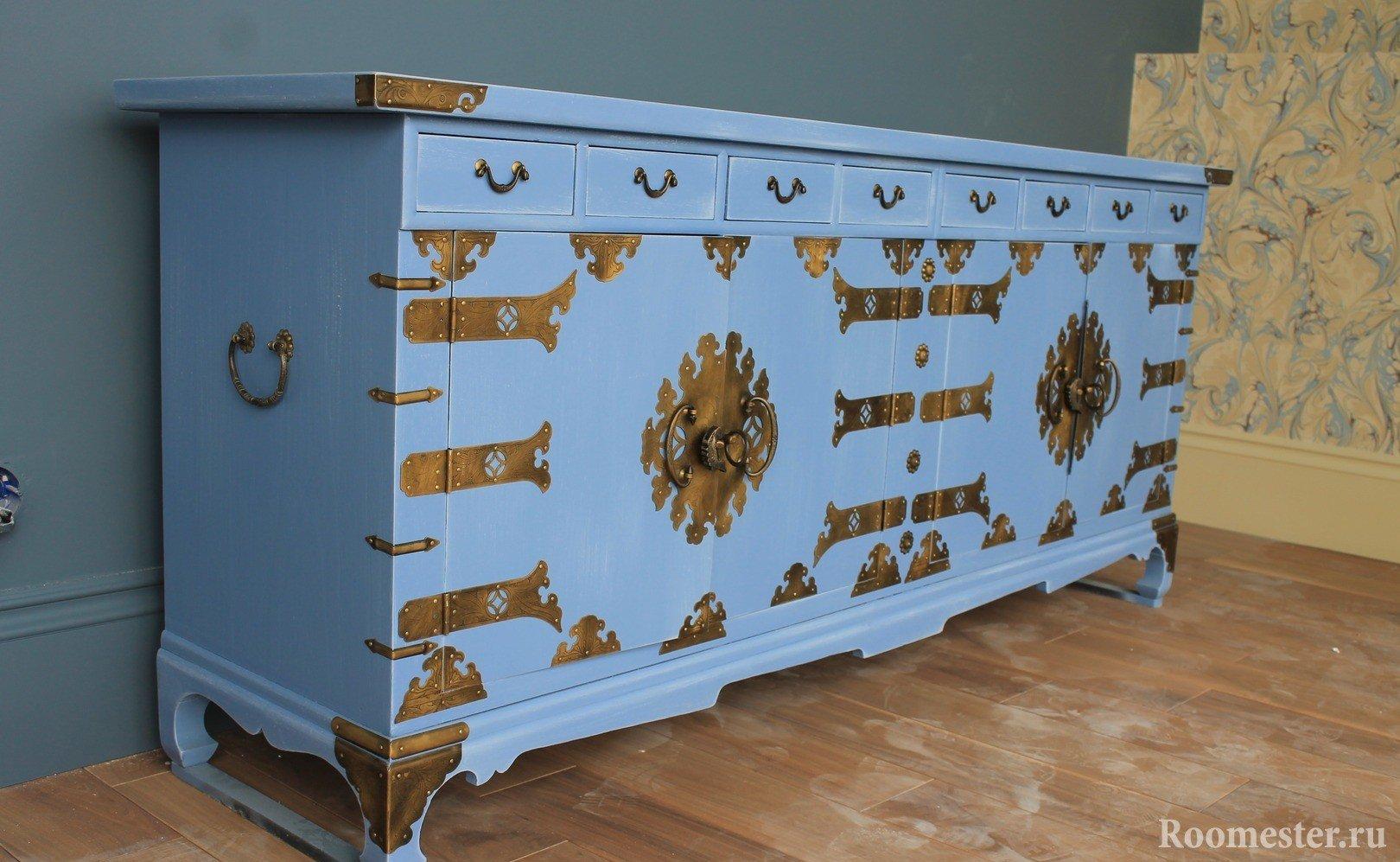 Синий комод с бронзовым декором