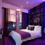 Подсветка на стене у кровати