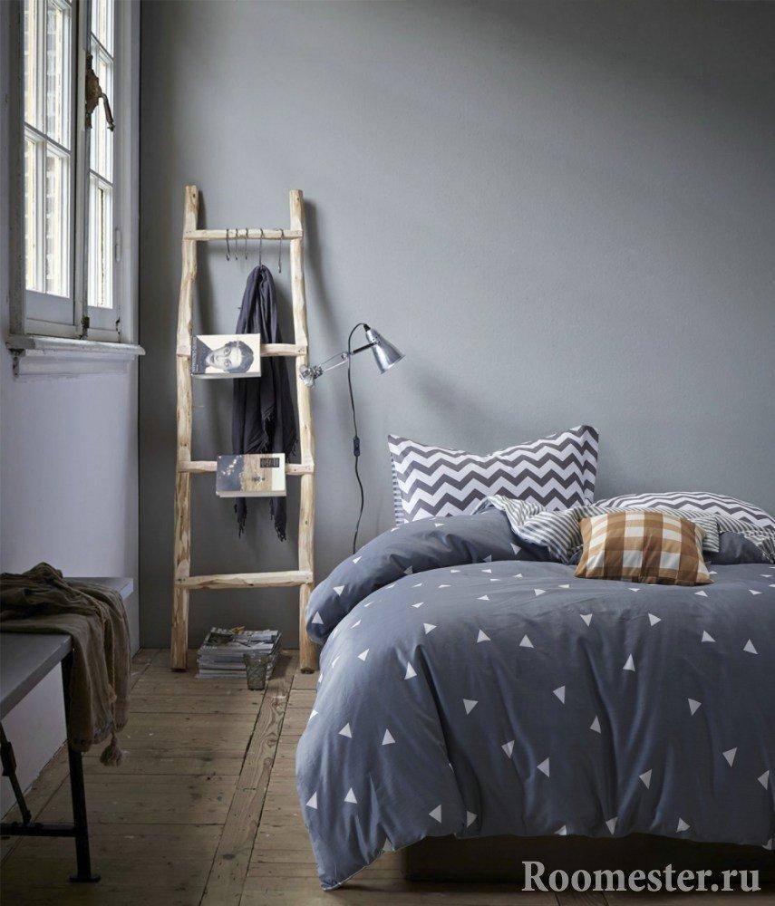 Старая лестница у кровати