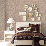 Картины разной формы на стене в спальне