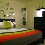 Зеркала на стене над кроватью